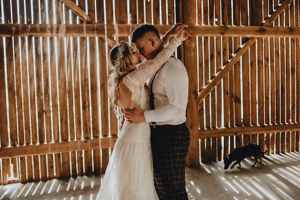 sesja ślubna w stodole