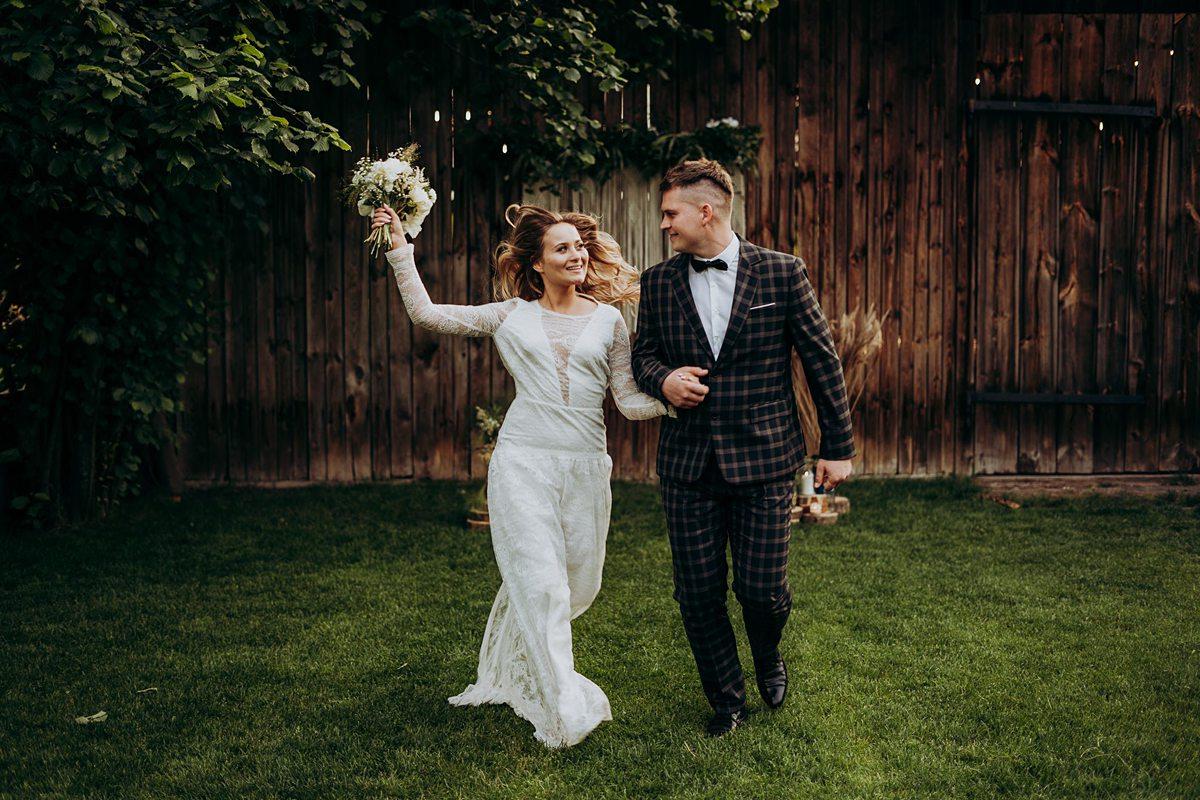 ślub boho w stodole
